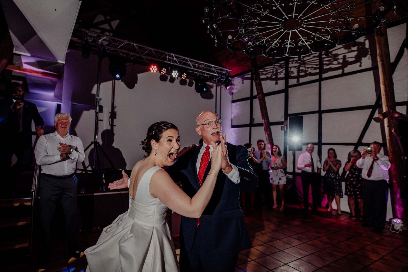 Vater Tochter Tanz am Abend der Hochzeit