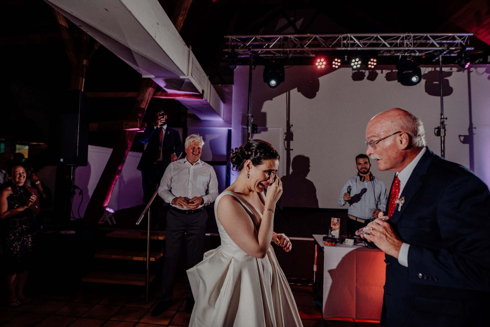Brautvater ueberreicht seiner Tochter ruehrendes Geschenk