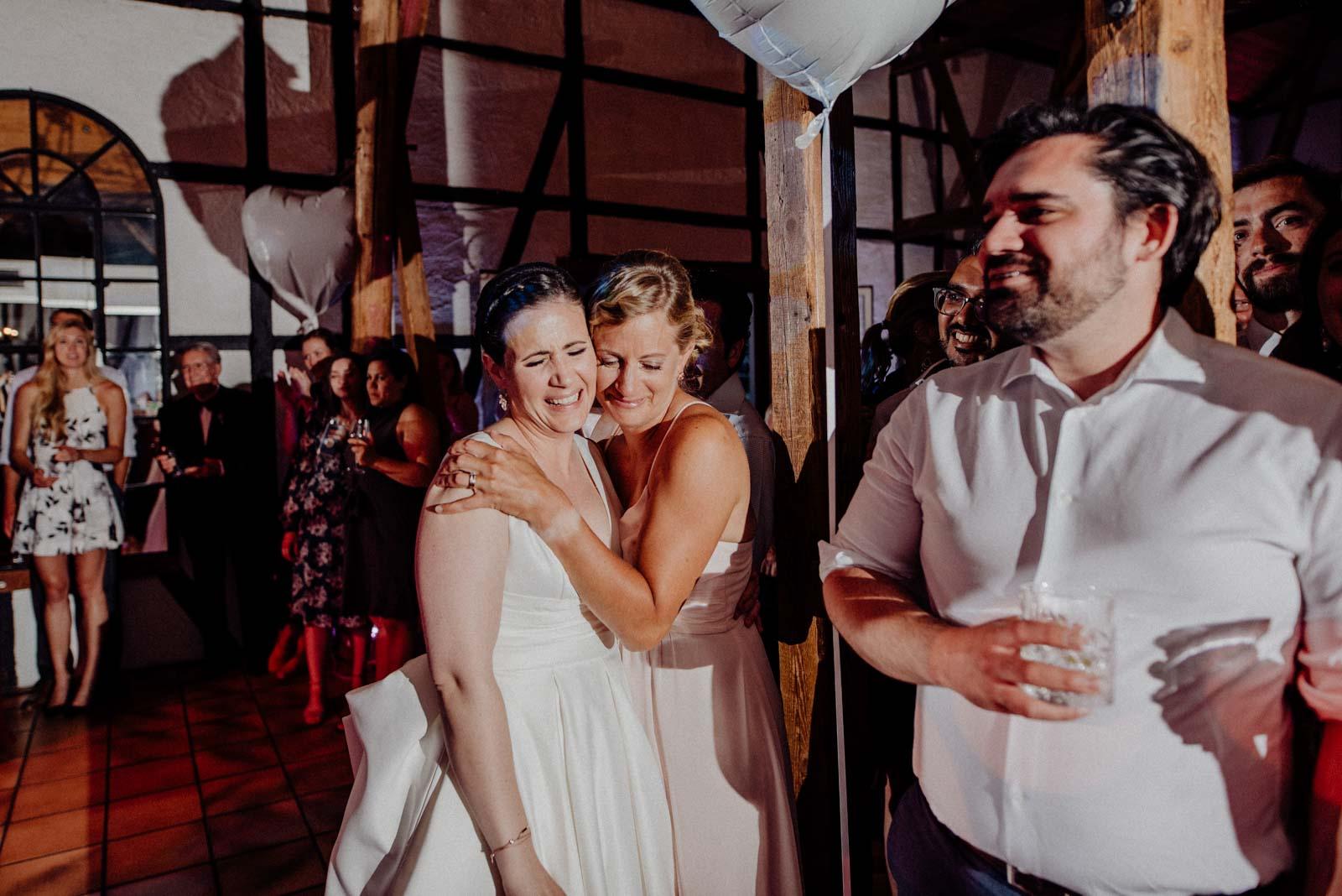 Trauzeugin weint vor Ruehrung nach dem Vater Tochter Tanz