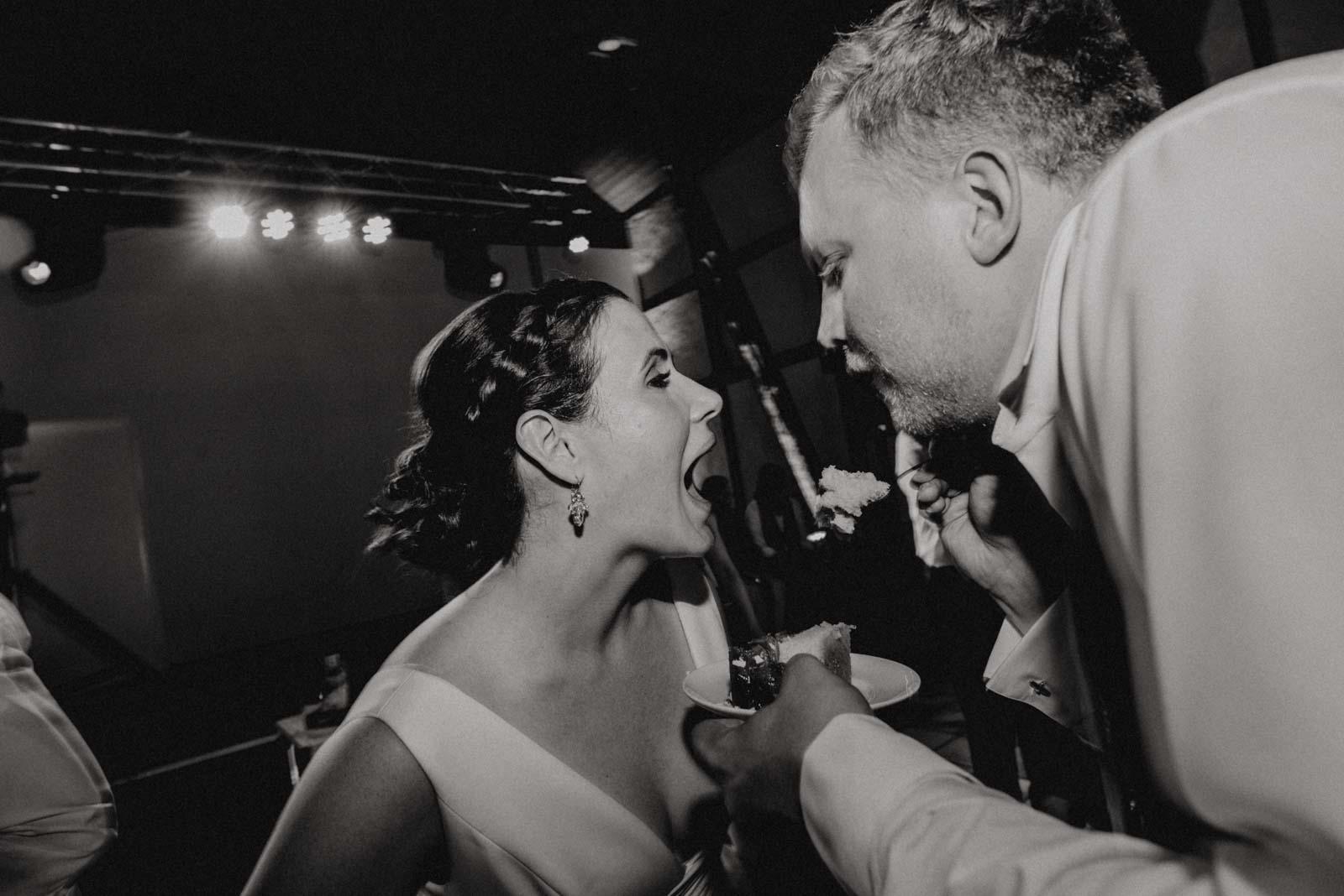 Braut wird mit Hochzeitstorte gefuettert