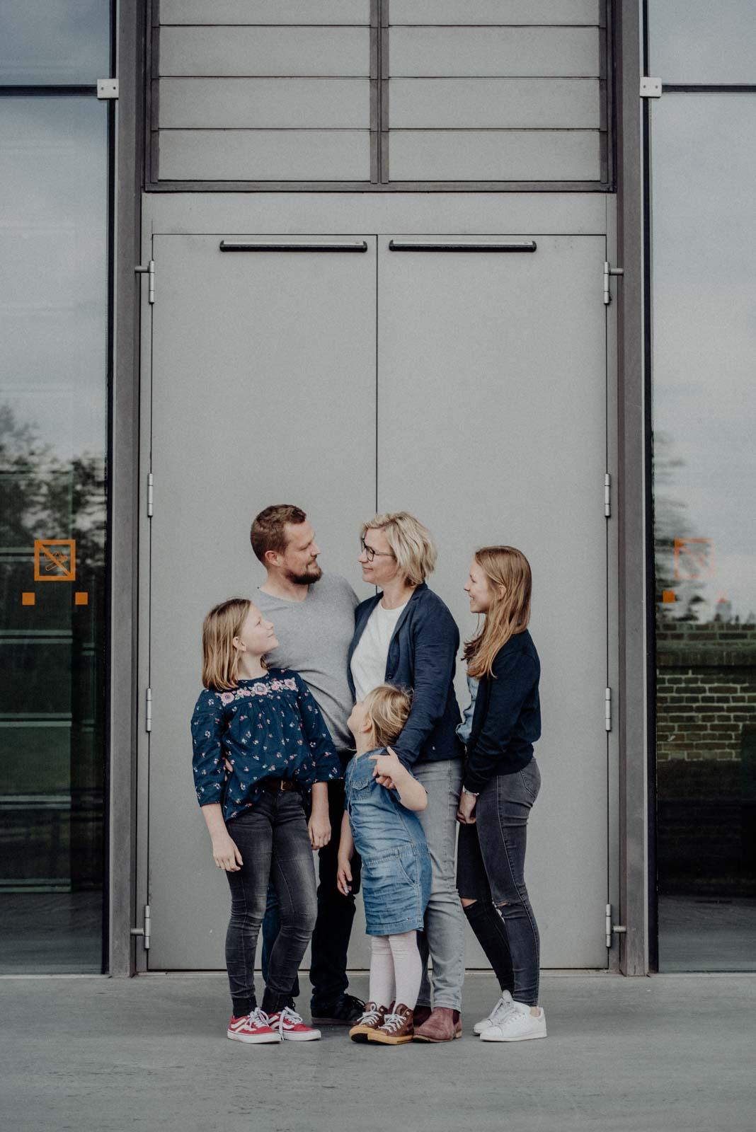 012-ungestellte-familienfotos-familienshooting-bochum-industrie-jahrhunderthalle