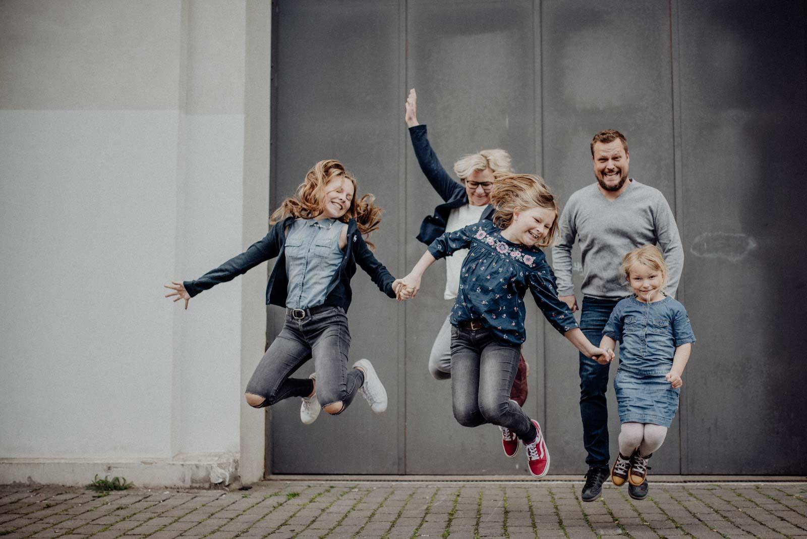 019-ungestellte-familienfotos-familienshooting-bochum-industrie-jahrhunderthalle