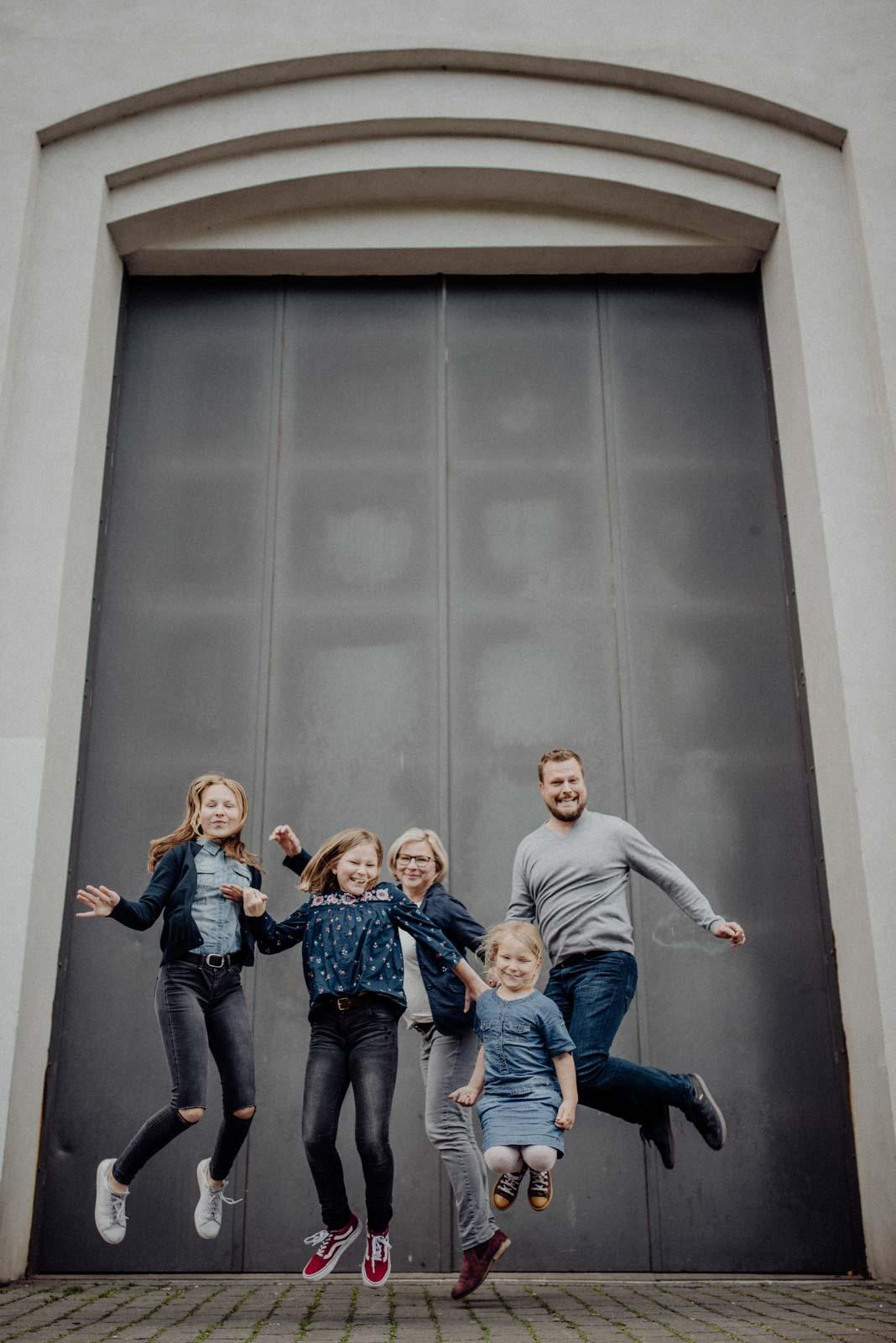 020-ungestellte-familienfotos-familienshooting-bochum-industrie-jahrhunderthalle
