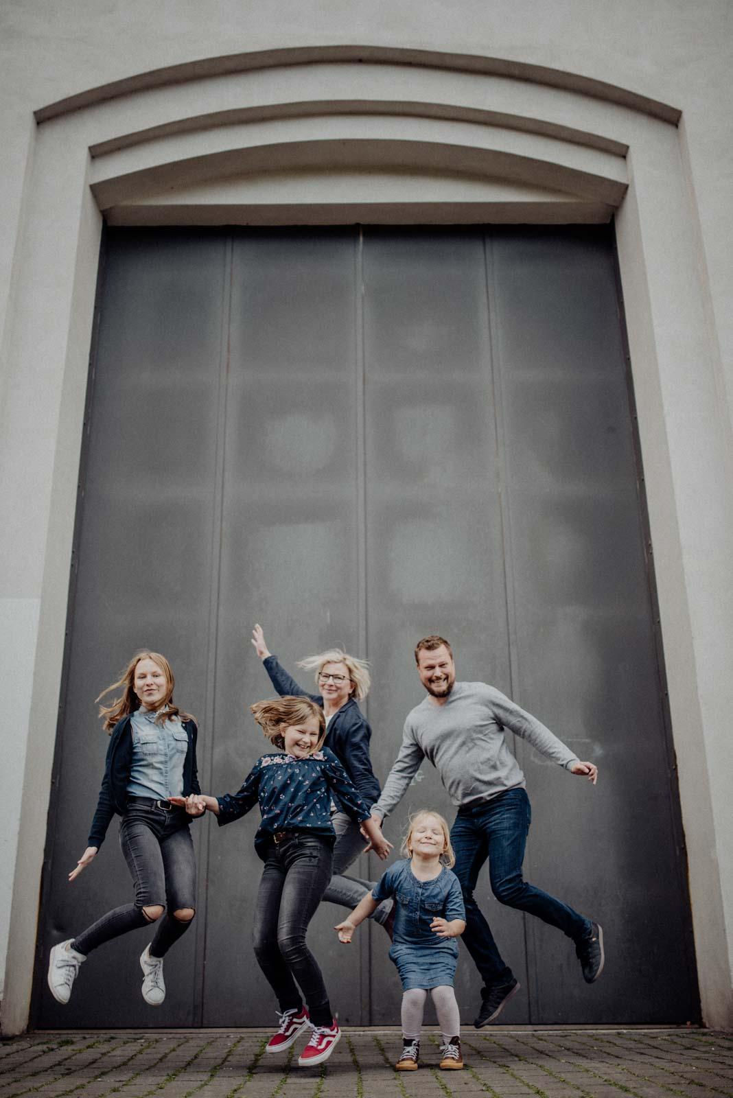 021-ungestellte-familienfotos-familienshooting-bochum-industrie-jahrhunderthalle
