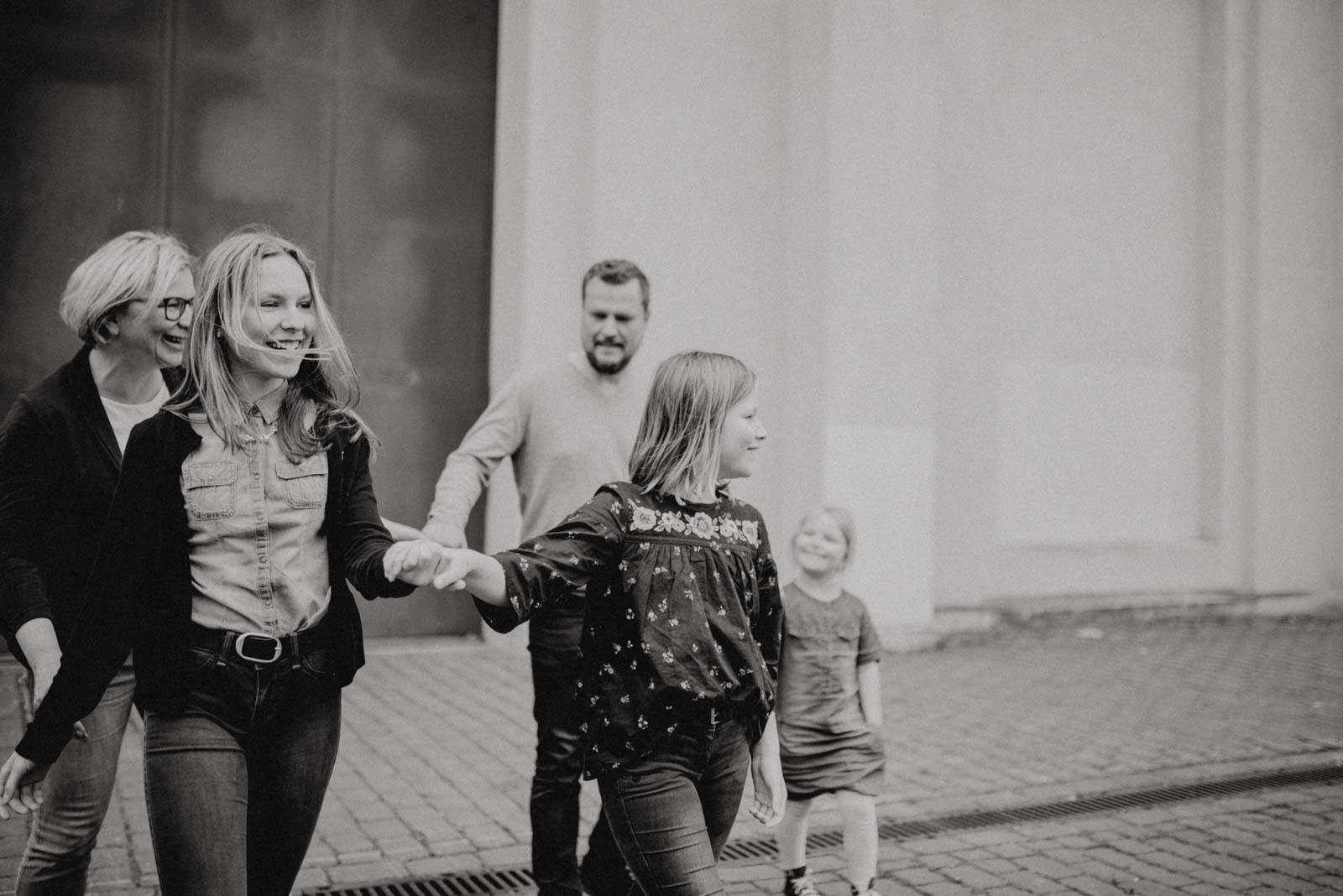 022-ungestellte-familienfotos-familienshooting-bochum-industrie-jahrhunderthalle