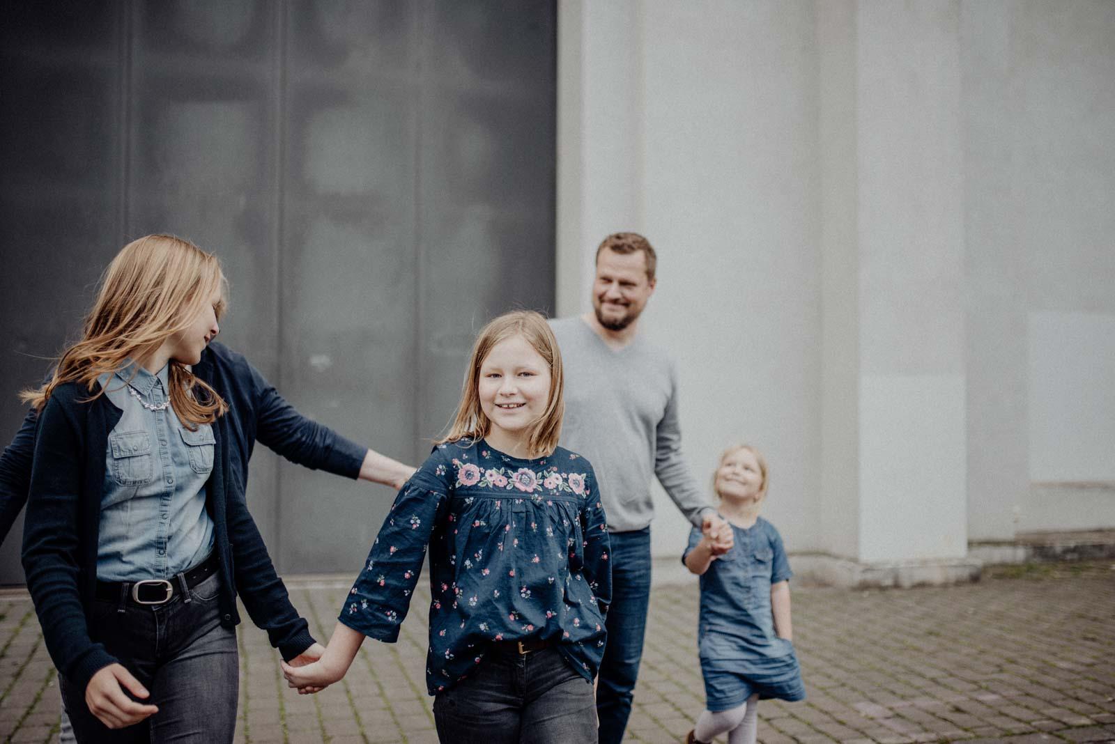 024-ungestellte-familienfotos-familienshooting-bochum-industrie-jahrhunderthalle
