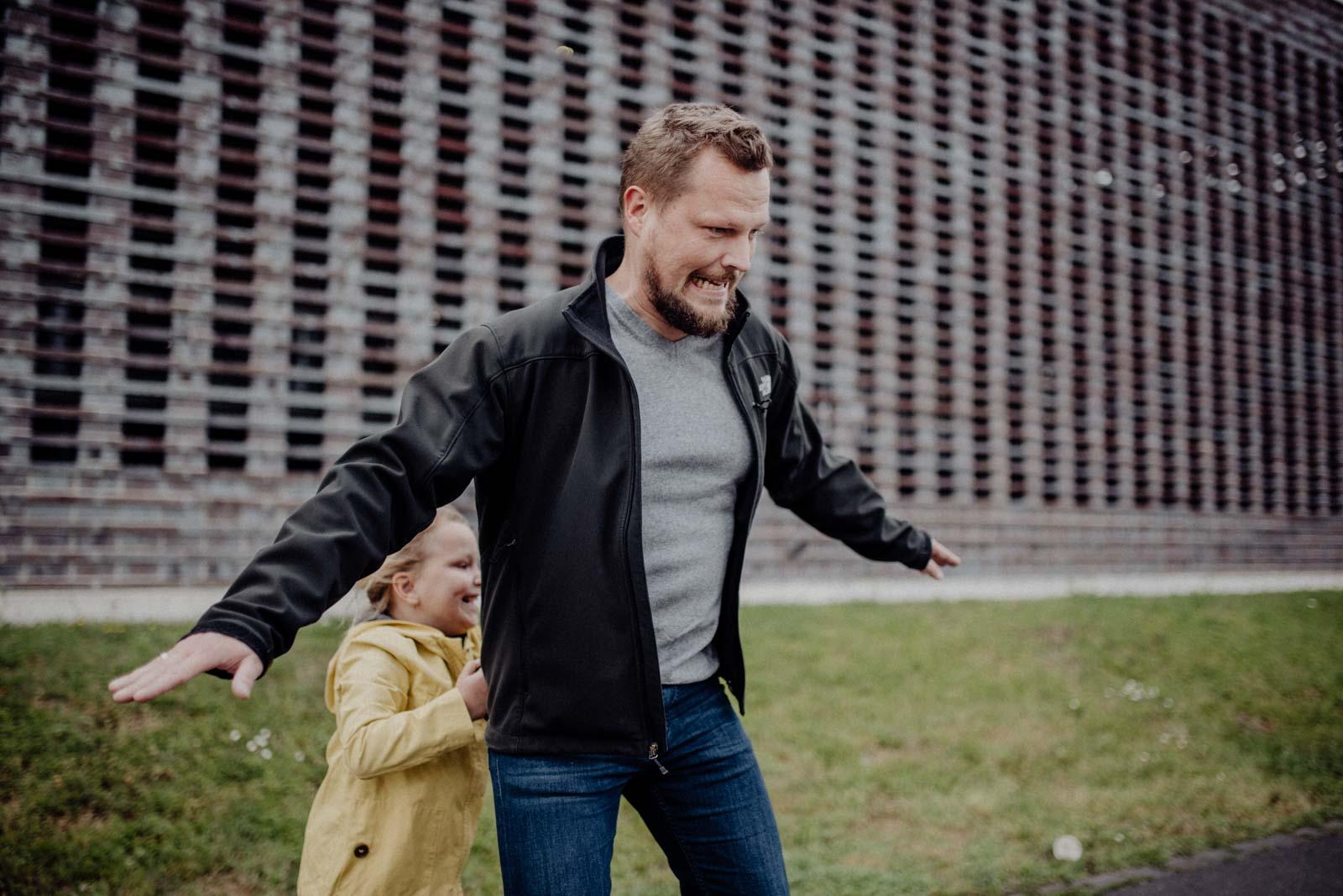 026-ungestellte-familienfotos-familienshooting-bochum-industrie-jahrhunderthalle
