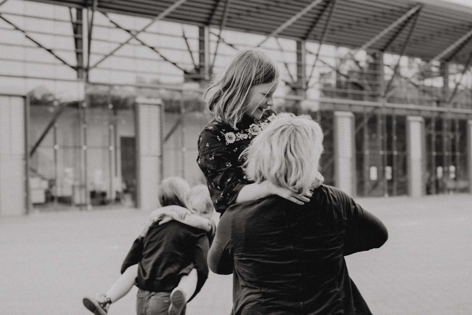 028-ungestellte-familienfotos-familienshooting-bochum-industrie-jahrhunderthalle