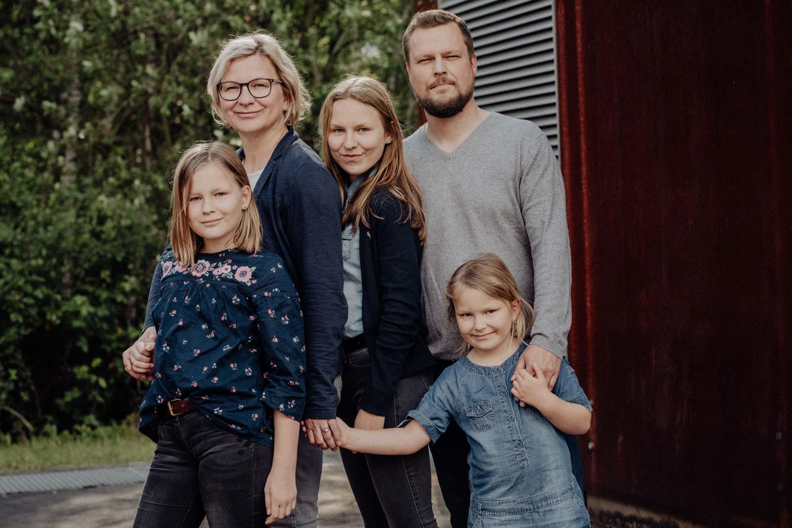 Familienfoto vor industrieller Kulisse in der Jahrhunderthalle Bochum.