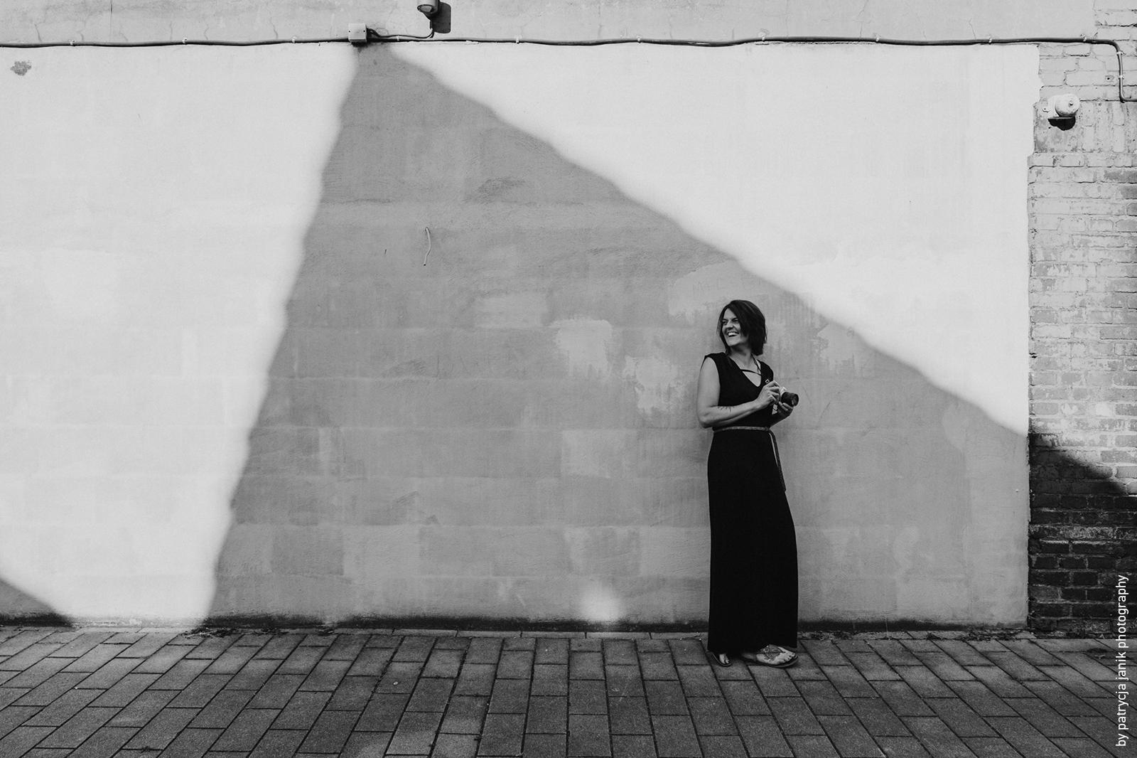 Frau im Maxikleid vor Betonwand Zeche Ewald