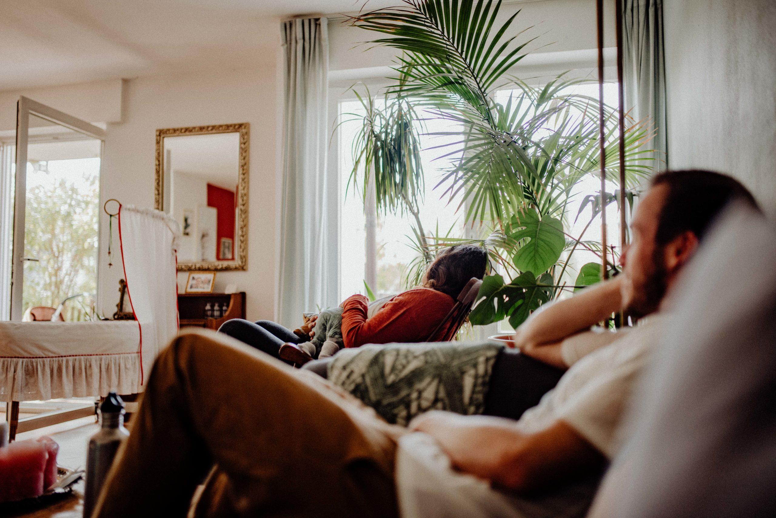 Eltern entspannen während das Neugeborene gestillt wird.