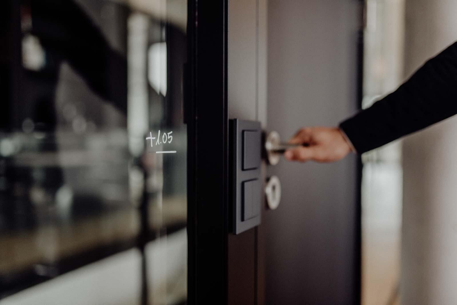Detailaufnahme einer Hand die eine Tür öffnet