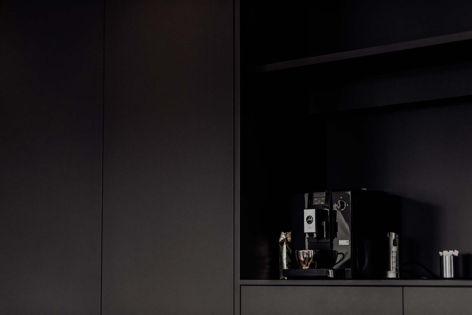 Stylische Kaffeemaschine und Kaffeeecke im Büro