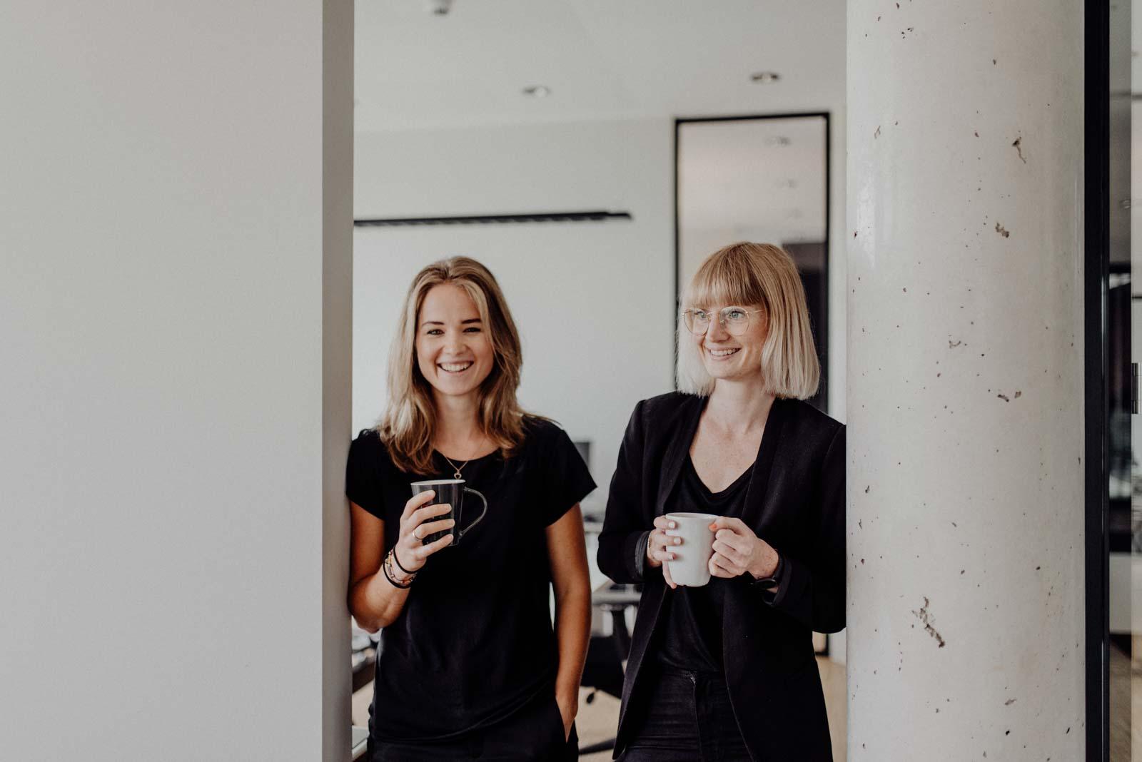 Architektinnen im Büro beim Kaffee trinken