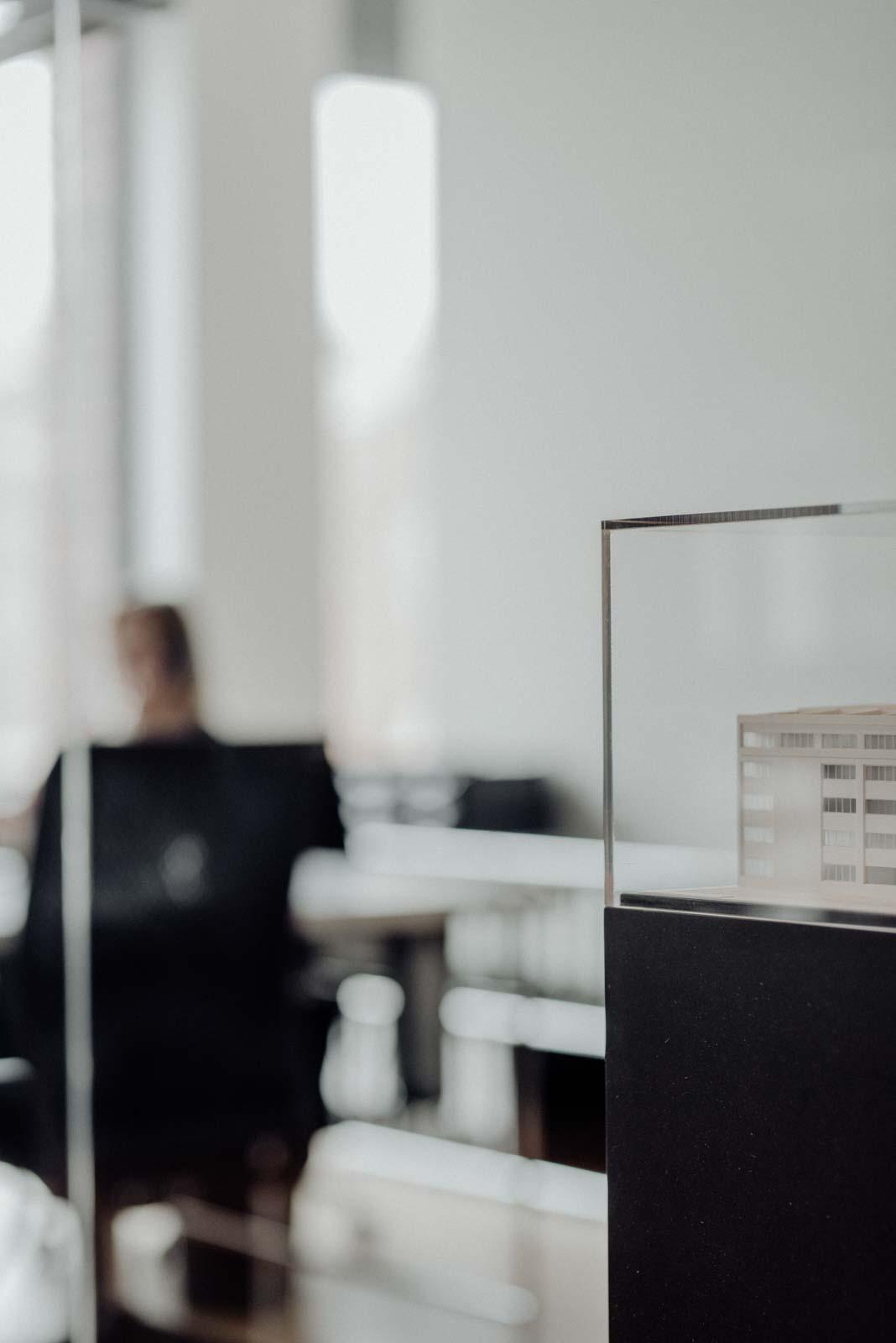 Ambiente Fotos aus Architekturbüro mit Architekturmodellen
