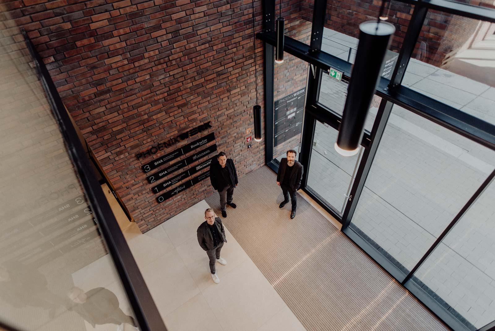 Gruppenportrait mit Abstand der Prokuristen SHA Architekten Dortmund