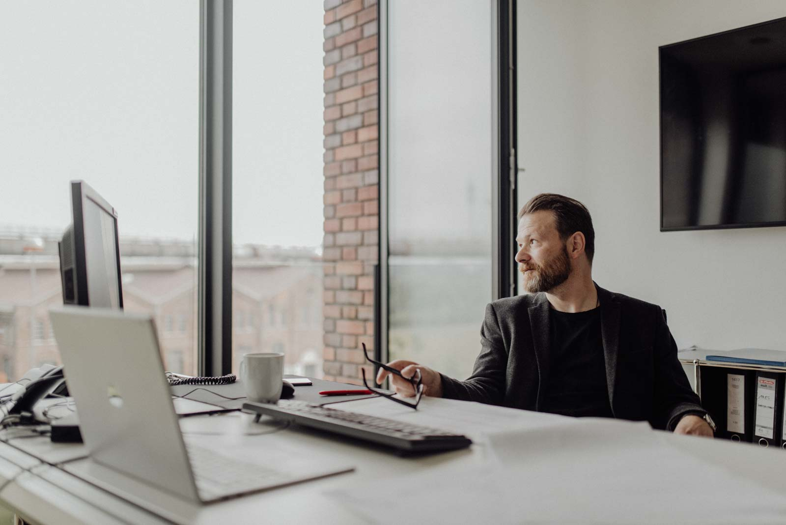 Architekt blickt aus dem Fenster in seinem Büro