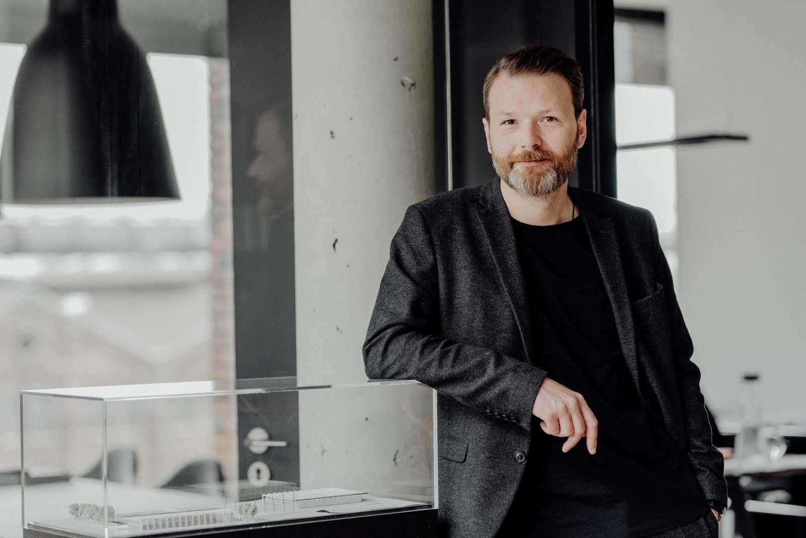 Businessportrait Architekt lehnt an Model