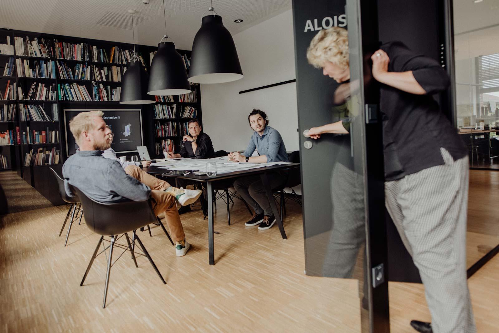 Businessreportage im Buero, ungestellte Momentaufnahmen im Besprechungsraum