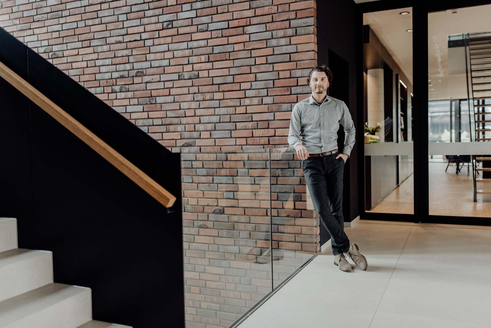 Junger Architekt im modernen treppenhaus bei der Busienssreportage