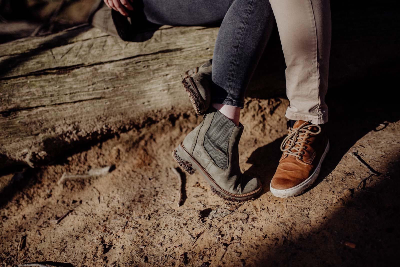 Detailfotos von Schuhen beim Waldspaziergang