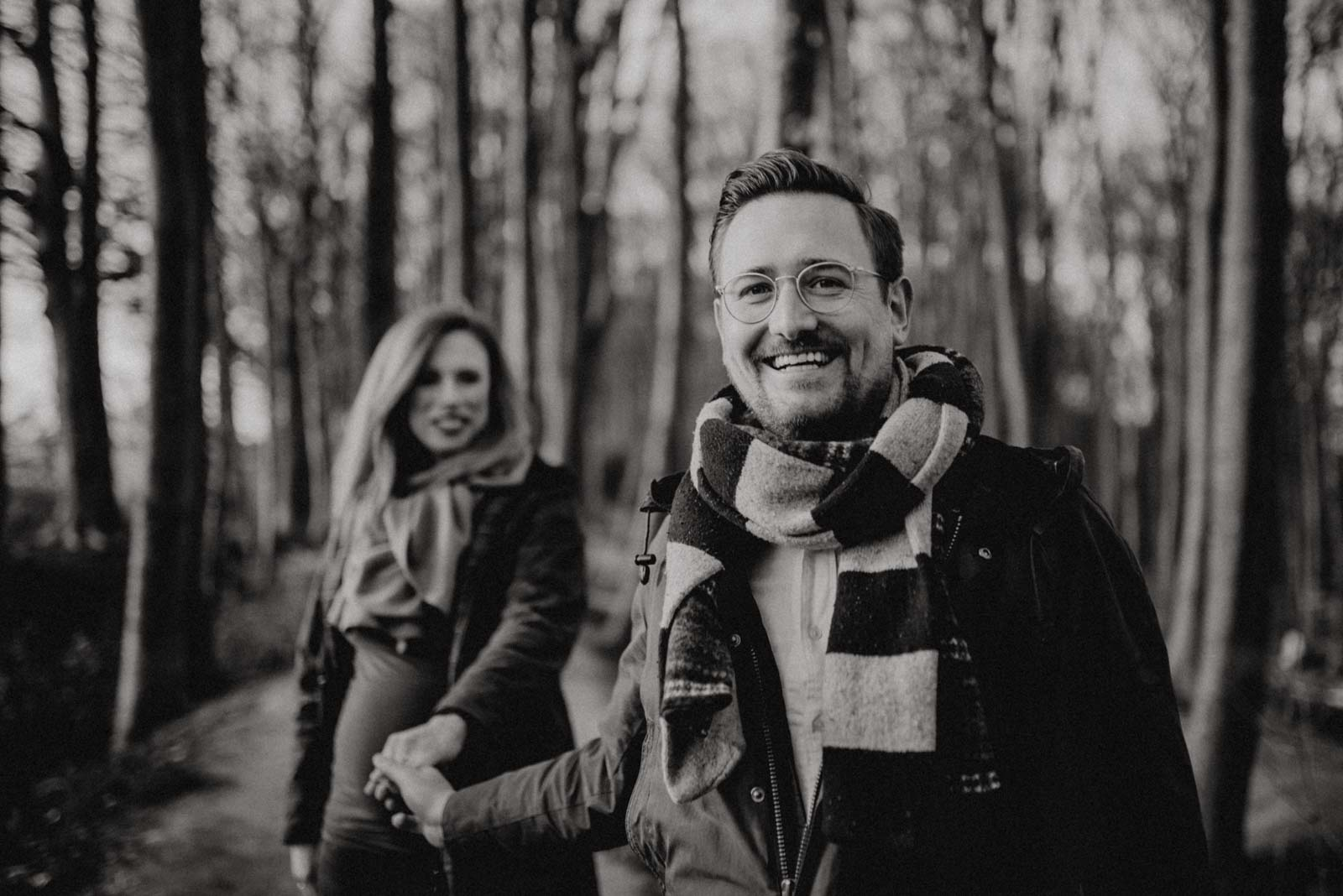 Männerportrait beim babybauchshooting im Wald