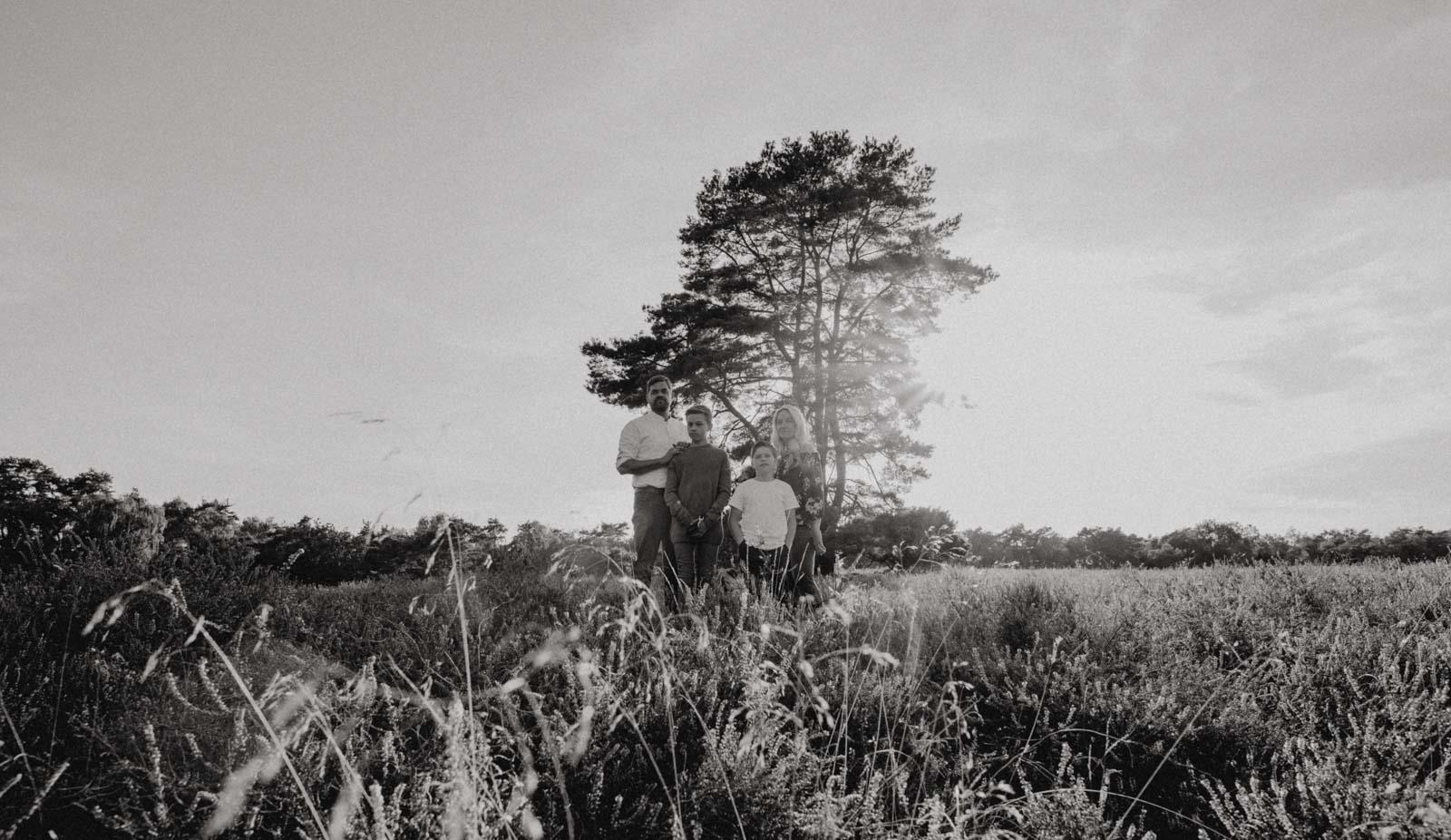 Familienportrait vor Baum in Heidelandschaft