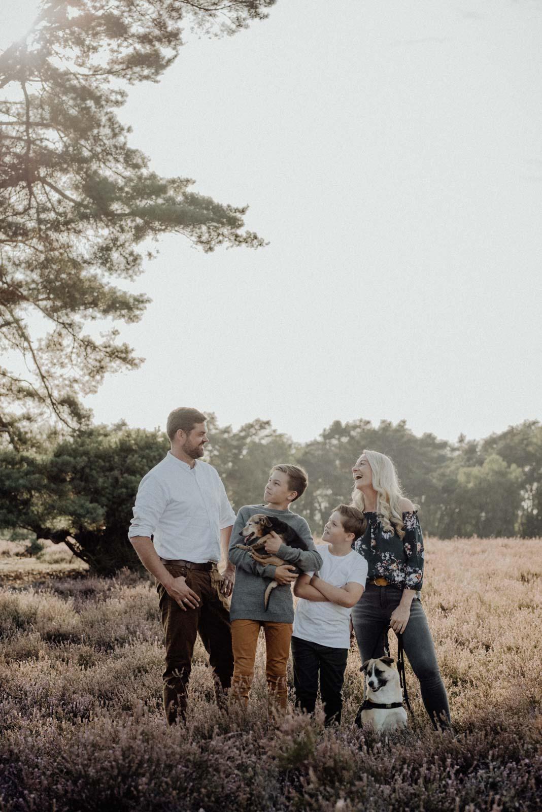 004-Familienfotos-Familienreportage-Heideshooting-natürlich-Heide