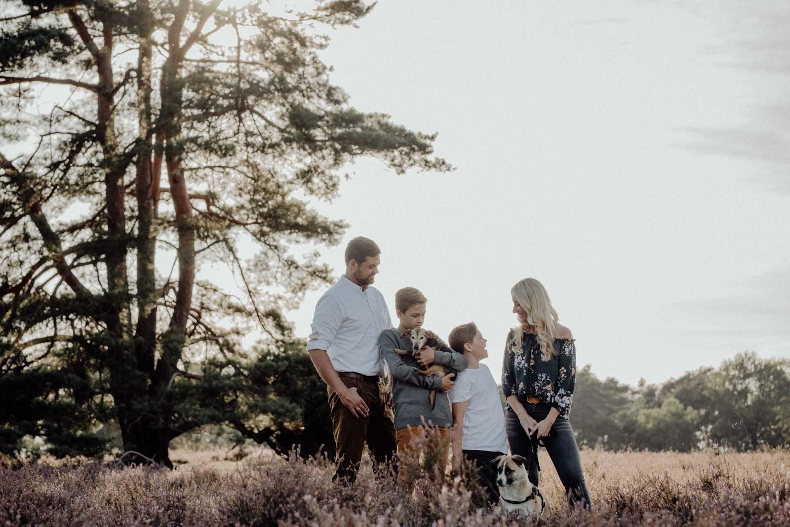 005-Familienfotos-Familienreportage-Heideshooting-natürlich-Heide