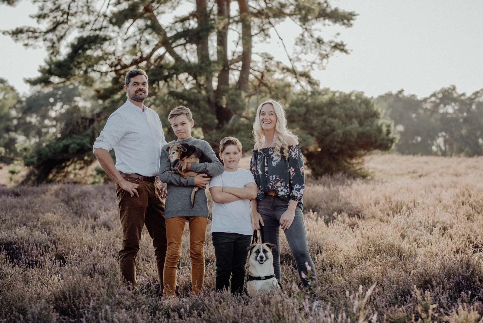 006-Familienfotos-Familienreportage-Heideshooting-natürlich-Heide
