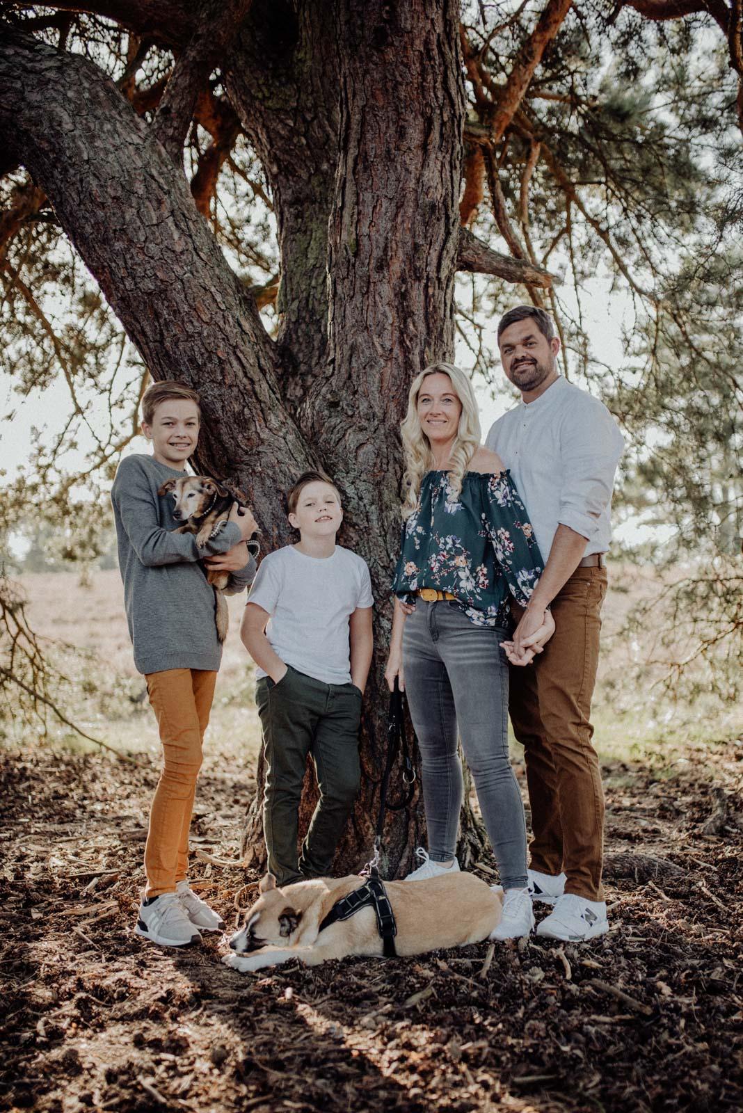 007-Familienfotos-Familienreportage-Heideshooting-natürlich-Heide