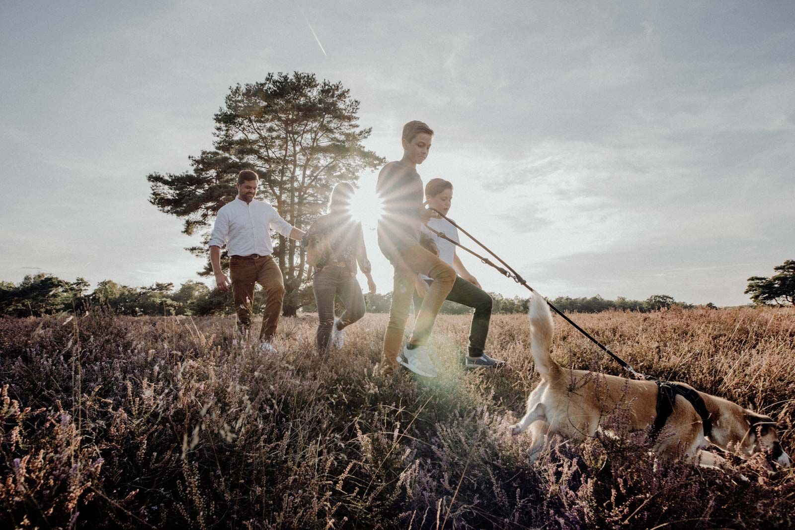 008-Familienfotos-Familienreportage-Heideshooting-natürlich-Heide