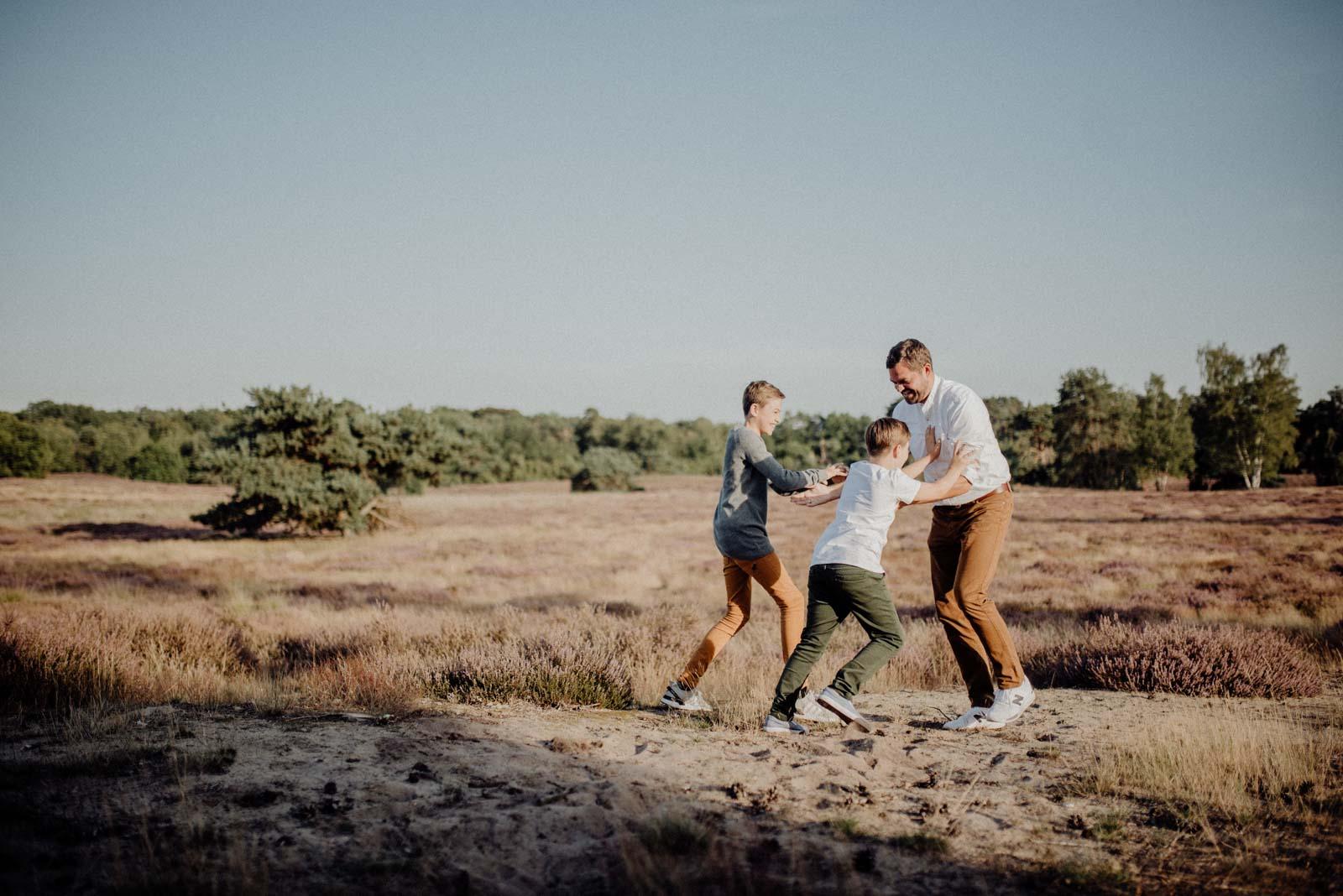 016-Familienfotos-Familienreportage-Heideshooting-natürlich-Heide