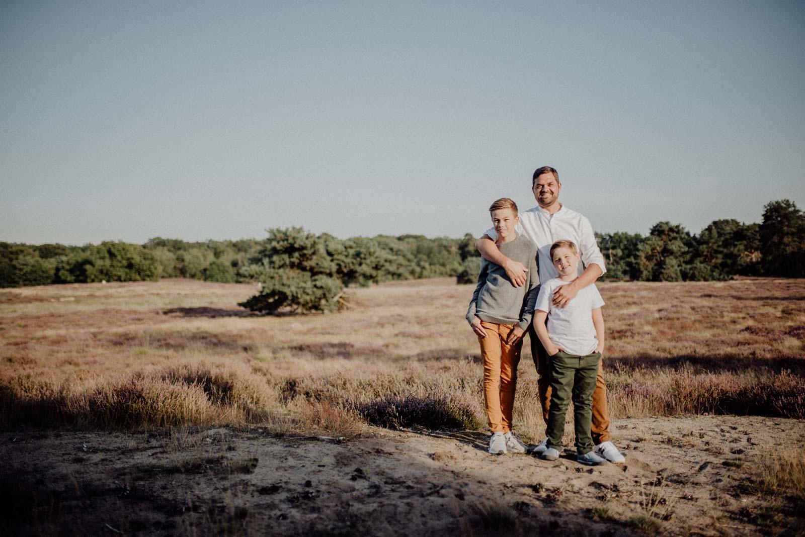 017-Familienfotos-Familienreportage-Heideshooting-natürlich-Heide