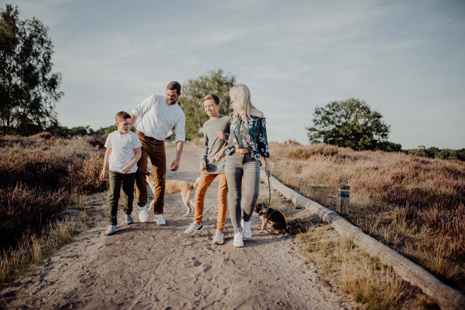 024-Familienfotos-Familienreportage-Heideshooting-natürlich-Heide