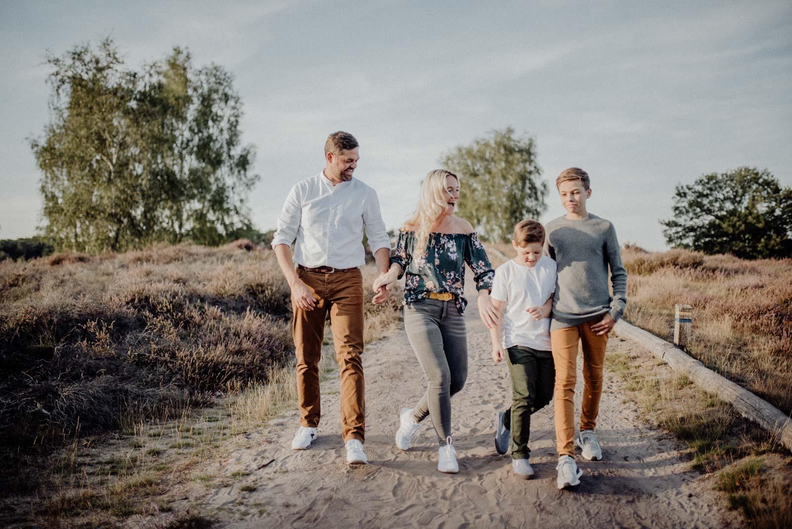 025-Familienfotos-Familienreportage-Heideshooting-natürlich-Heide