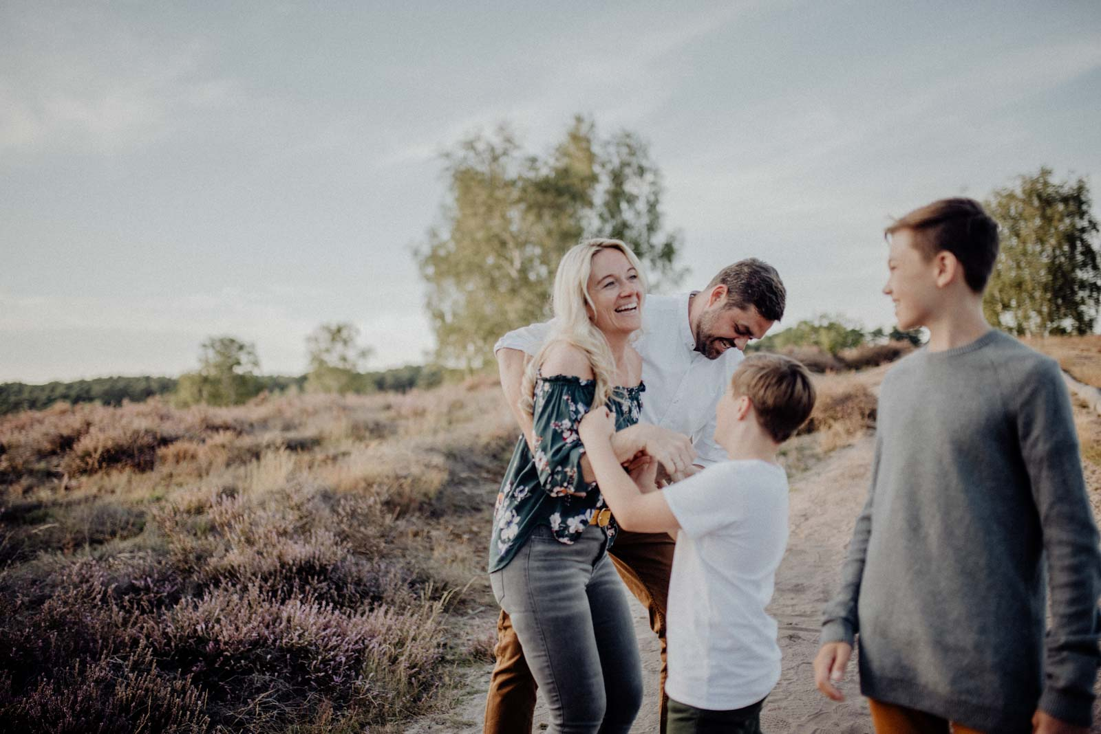 027-Familienfotos-Familienreportage-Heideshooting-natürlich-Heide