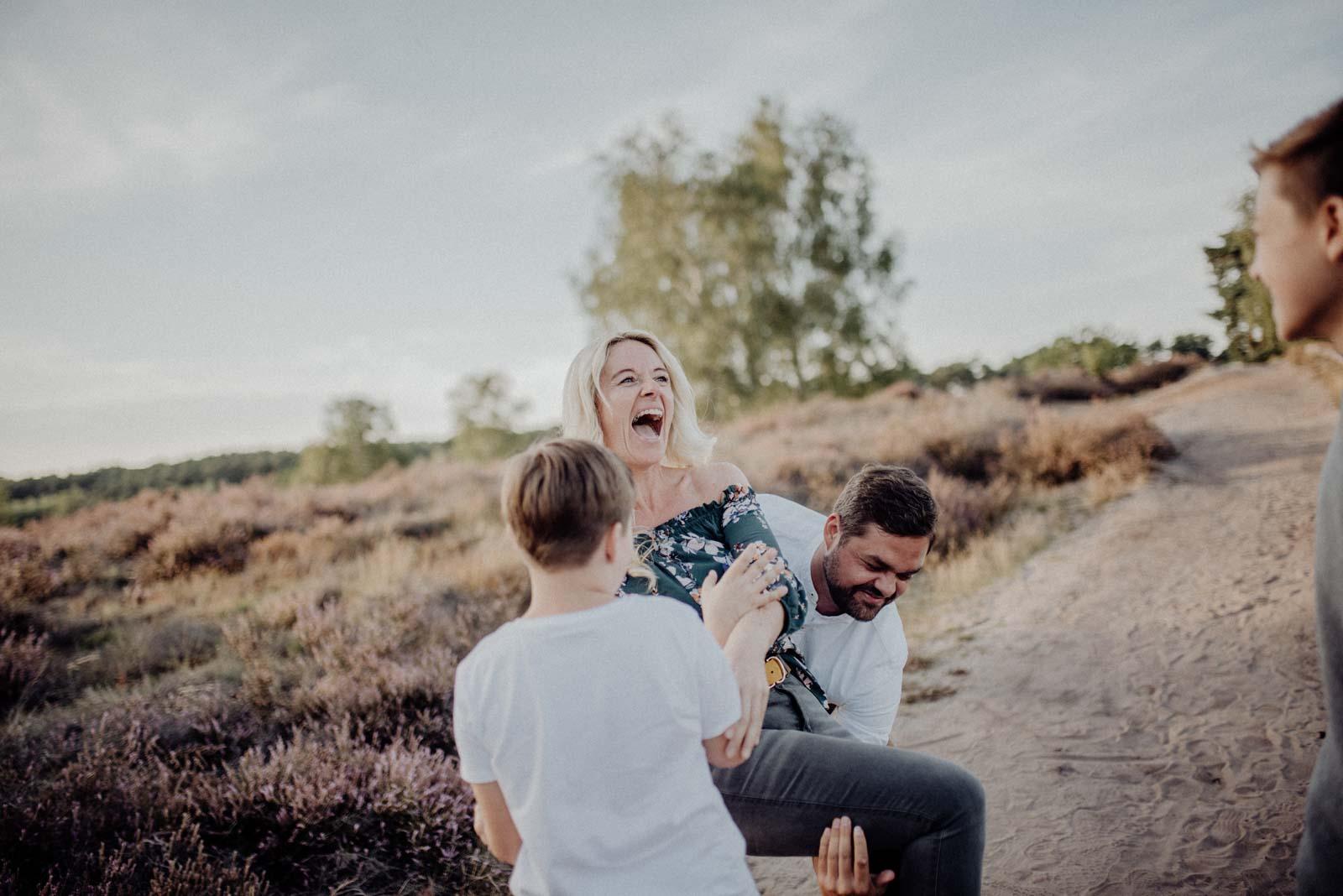 028-Familienfotos-Familienreportage-Heideshooting-natürlich-Heide