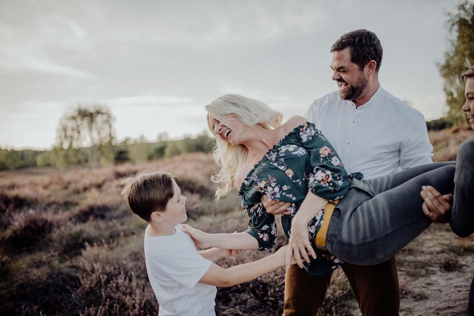 029-Familienfotos-Familienreportage-Heideshooting-natürlich-Heide