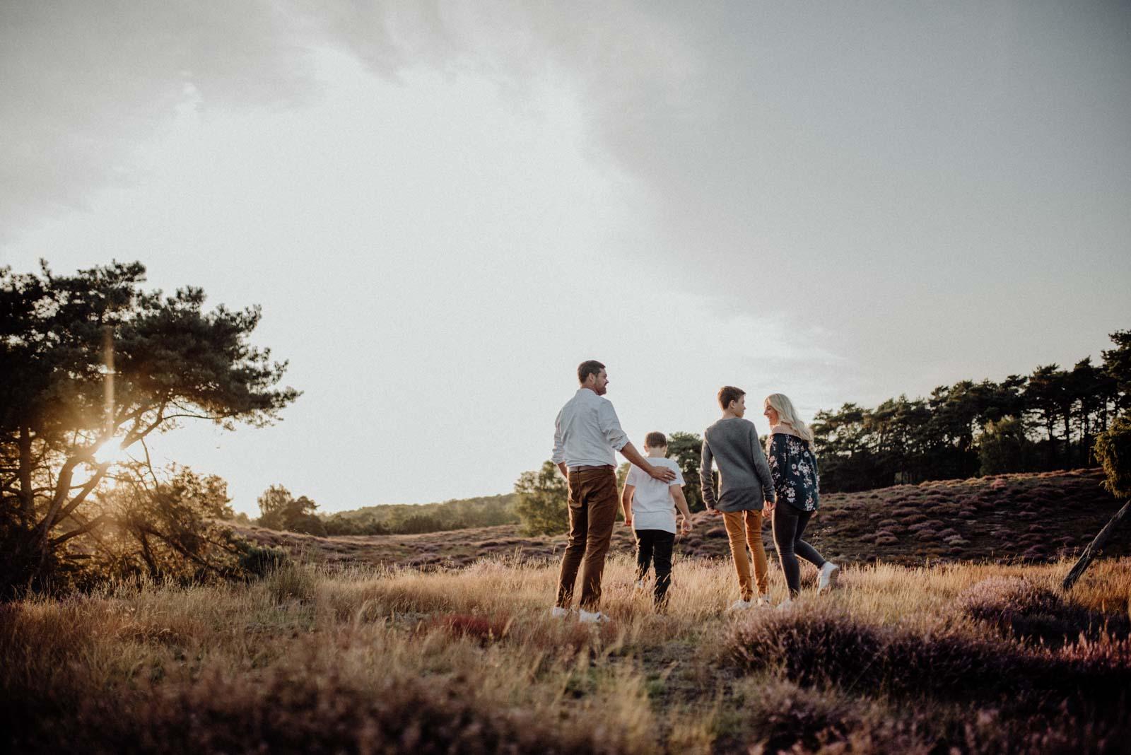 037-Familienfotos-Familienreportage-Heideshooting-natürlich-Heide