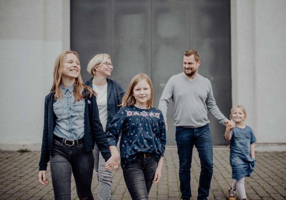 023-ungestellte-familienfotos-familienshooting-bochum-industrie-jahrhunderthalle